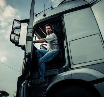 Conheça a ferramenta que garante economia e renda extra a caminhoneiros